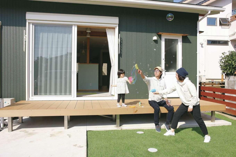 T-style ティースタイル【子育て、省エネ、間取り】日照シミュレーションをし、大きな窓の配置を決め、さらにリビングと庭をつなげるウッドデッキを設け、アウトドアリビングとしても使える。室内も外も快適な場所に