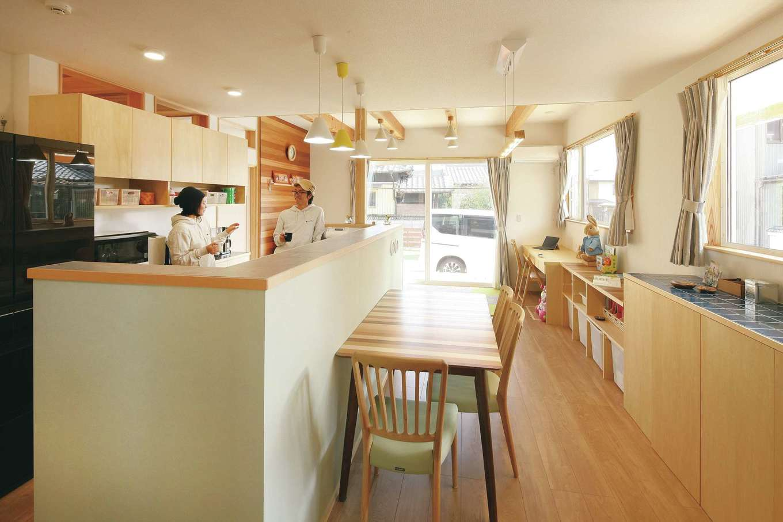 T-style ティースタイル【子育て、省エネ、間取り】コックピットのようなセンターキッチン。内側に調味料入れを造作したかったのでカウンターを高くした。換気扇がないので、空間がスッキリと見える