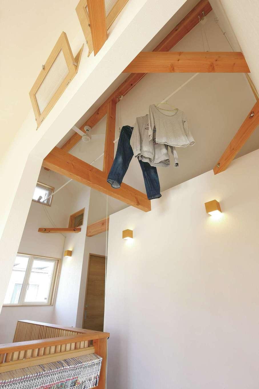 T-style ティースタイル【子育て、省エネ、間取り】屋根なりの天井の一番高いところは、より暖かい空気が集まり、洗濯物は室内干しでもカラッと乾き、加湿効果と家事の負担軽減にもなる