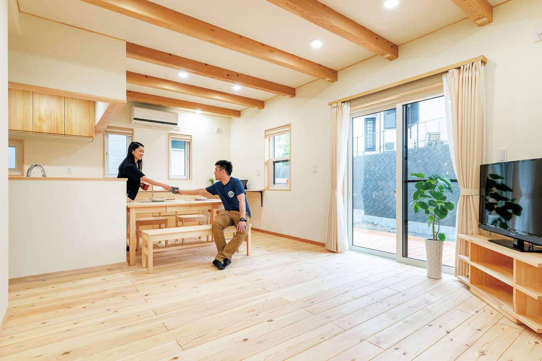 ワイズホーム【収納力、自然素材、間取り】LDKの床は床暖房を使える赤松の無垢材に。梁を見せることで天井も高く感じる