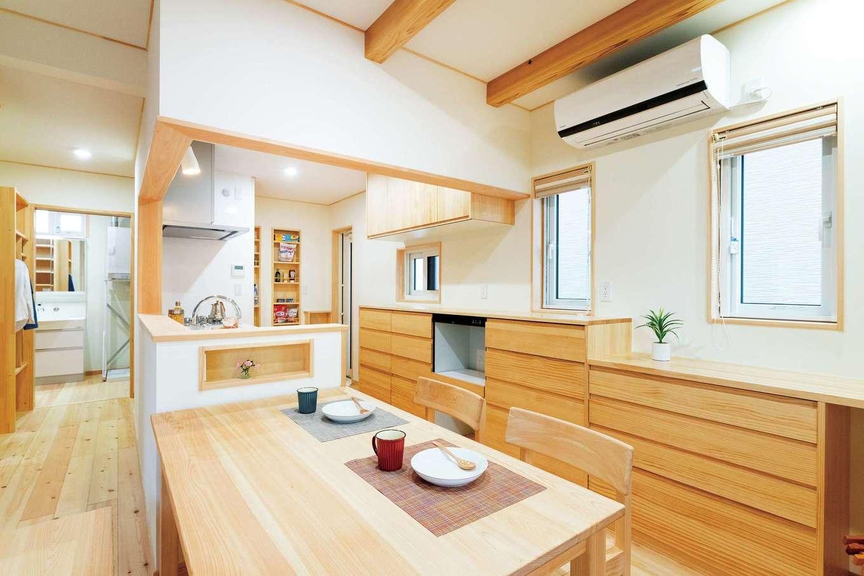 ワイズホーム【収納力、自然素材、間取り】キッチンはぐるっと回ることができ、洗面所や玄関にも近い便利な動線