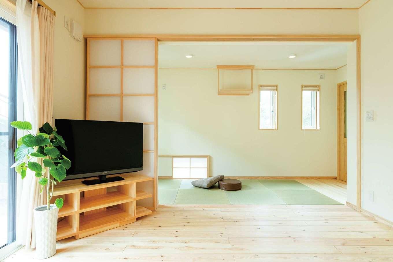 ワイズホーム【収納力、自然素材、間取り】地窓からも光と風を取り込める畳スペースは、独立した個室にもなる。神棚やTV台は造作