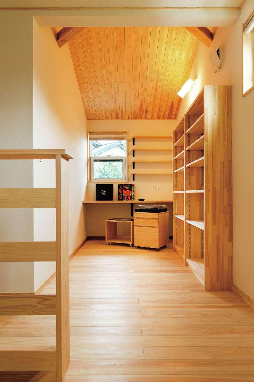ワイズホーム【収納力、自然素材、間取り】2階にはご主人の趣味スペースも。木の勾配天井が隠れ家的な雰囲気を演出