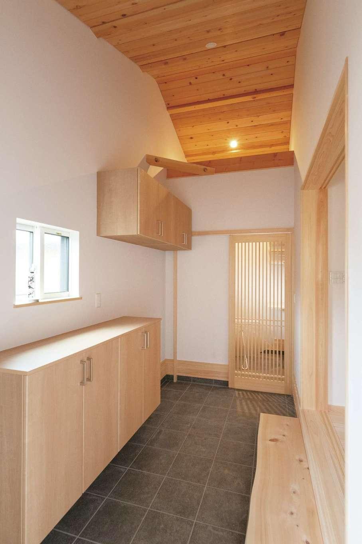 勾配天井、格子の扉、靴箱などお二人の要望を盛り込んだ土間