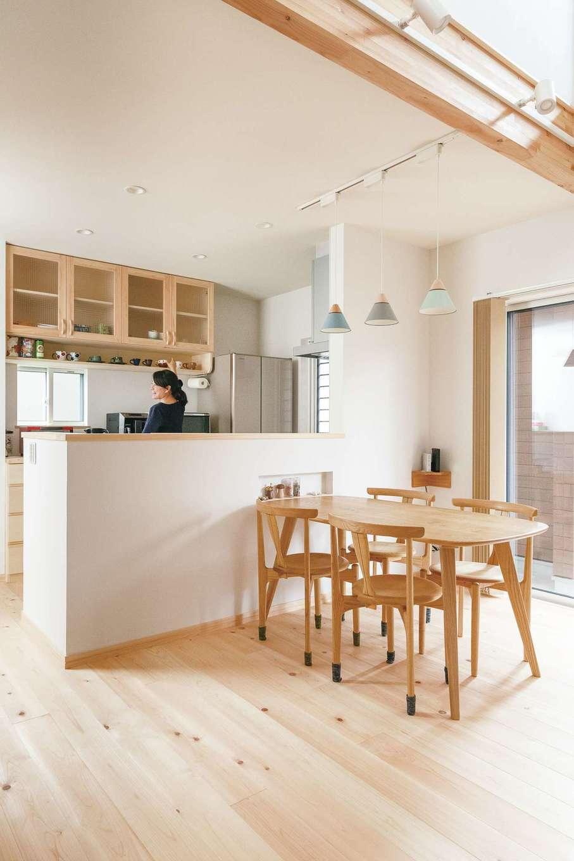 新作の造作食器棚と見せる棚は奥さまのお気に入り。ダイニングセットは同社の『ふくこぼ家具』であつらえた