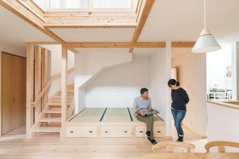 座れる高さの小上がり畳コーナーは「大ヒット作」とご主人。階段側は壁を抜いて通り抜けができる遊び心も