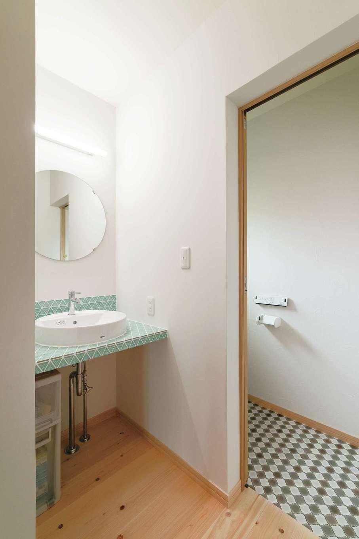 2階洗面台とトイレは木と相性がいい緑色をアクセントカラーに