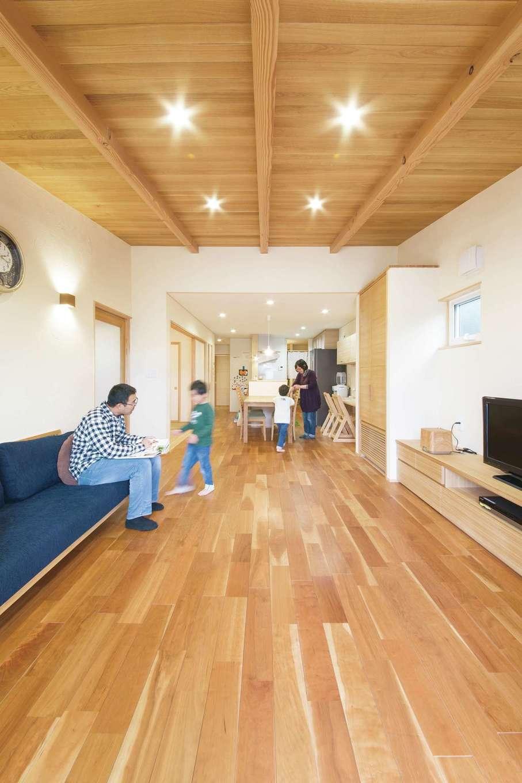 新栄住宅【子育て、和風、省エネ】南北に長い敷地形状を考慮し、キッチンを中心とした回遊性の高い間取りを提案。リビングに向かって天井が高くなるので目線が抜けて、より開放的な雰囲気に。床は経年変化が美しいブラックチェリー、勾配の天井はオーク材、壁は漆喰珪藻土を使用