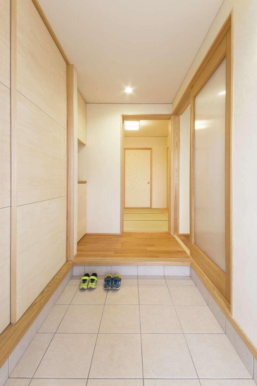 新栄住宅【子育て、和風、省エネ】玄関ホールから一直線にアクセスできる和室は客間にぴったり。造作のシューズクロークは収まりが良く、空間をスッキリと見せる