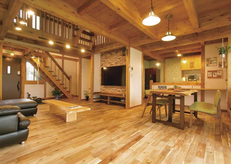 サイエンスホーム【デザイン住宅、自然素材、省エネ】家族がどこにいても気配を感じられるLDK。玄関からキッチンが丸見えにならないよう、間仕切り壁を設けた