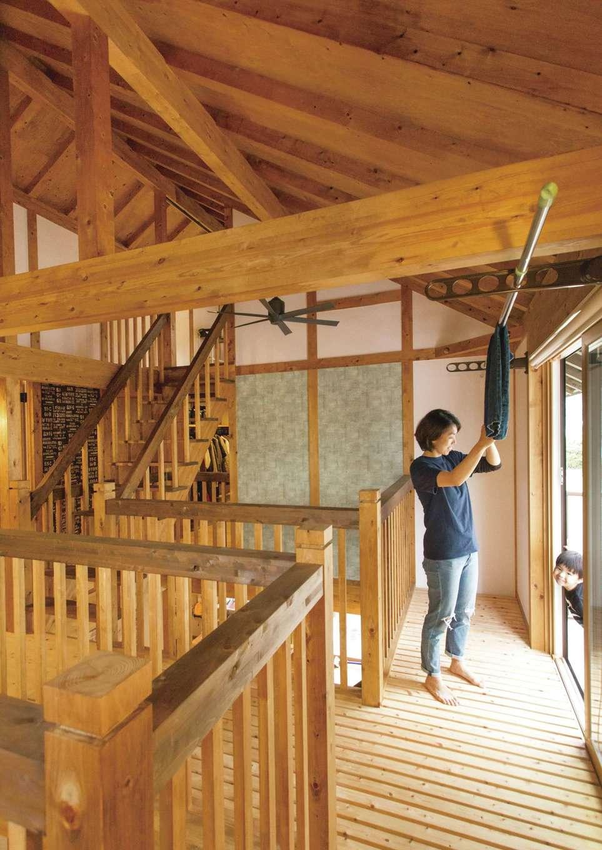 サイエンスホーム【デザイン住宅、自然素材、省エネ】各部屋へアクセスできる2階の空中回廊。部屋干しスペースは共働き夫婦のマストアイテム