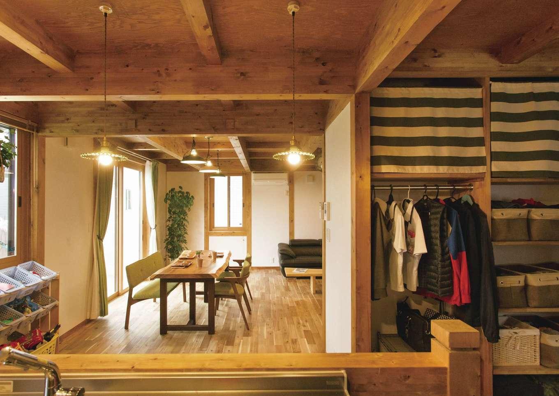 サイエンスホーム【デザイン住宅、自然素材、省エネ】Vボードの真裏にあるクローゼットはとても便利♪
