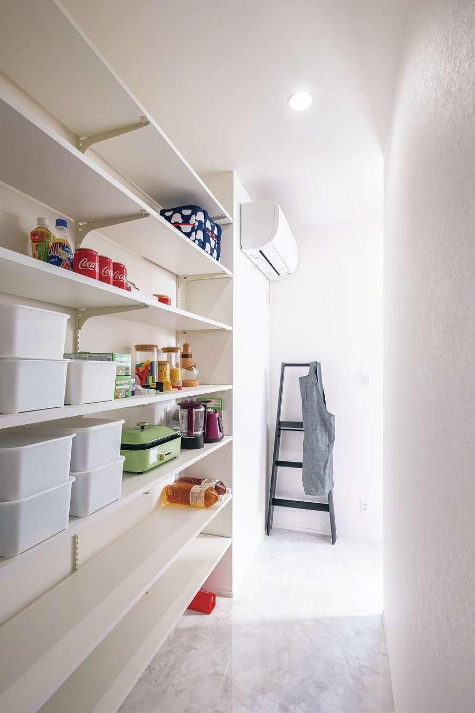 デザインハウス【デザイン住宅、子育て、間取り】奥行きのあるパントリー。食品や調理器具など、たくさん置いても余裕のある棚は便利