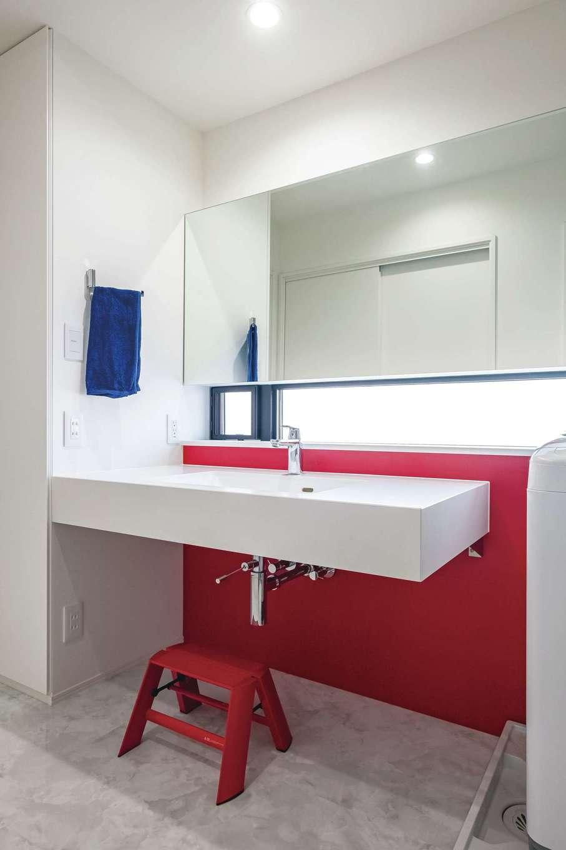 デザインハウス【デザイン住宅、子育て、間取り】洗面ボウルが広々とした赤が基調の洗面所
