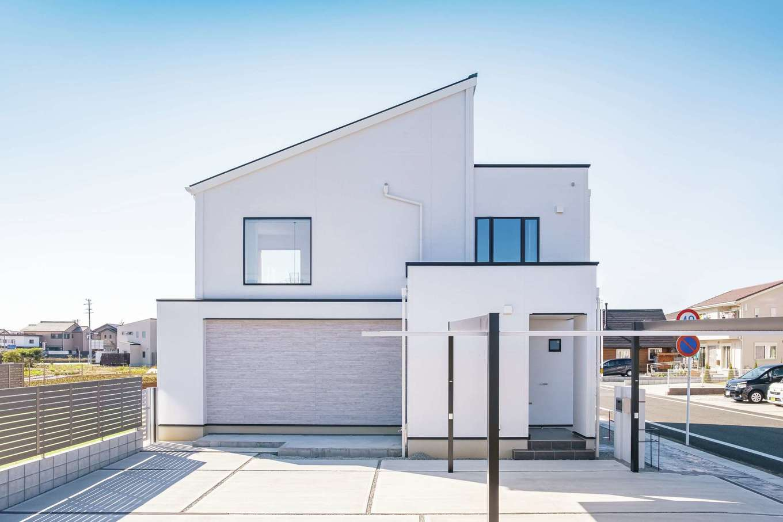 デザインハウス【デザイン住宅、子育て、間取り】白さが目を引くスタイリッシュな外観。「『デザインハウス』は2×4設計で、強固な躯体と間取りの自由さが決め手となった」とSさん