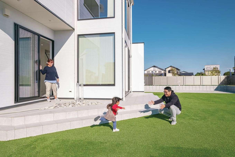 デザインハウス【デザイン住宅、子育て、間取り】人工芝を配したガーデンは、子どもが走り回っても安心。広大な庭の用途は、暮らしながら考えていくのだとか
