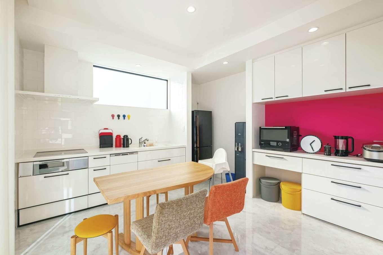 デザインハウス【デザイン住宅、子育て、間取り】異なる質感と陰影を楽しめる白いタイルをあしらったキッチン