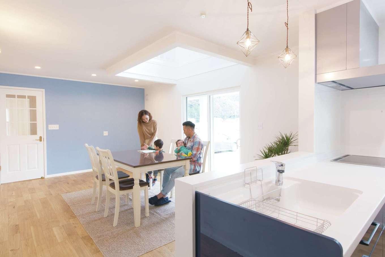 セルコホーム浜松(オバタケイ)【輸入住宅、趣味、インテリア】吹抜けから明るい光が注ぐLDK。壁やキッチンはブルー系で統一