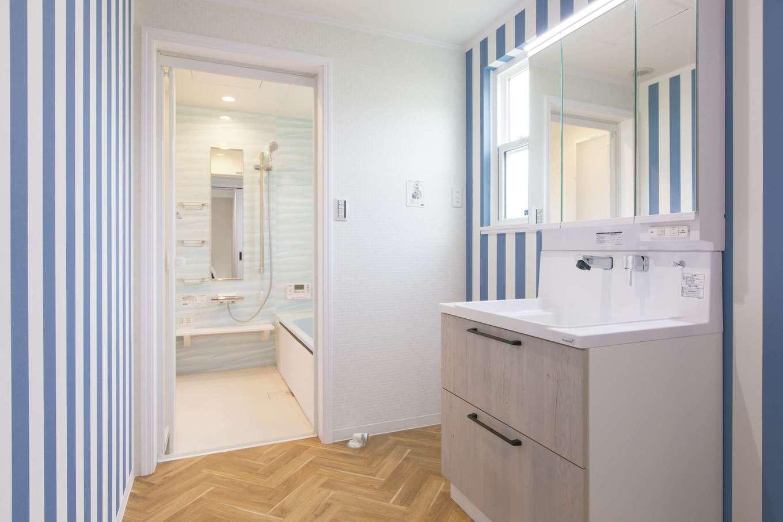 セルコホーム浜松(オバタケイ)【輸入住宅、趣味、インテリア】洗面・脱衣スペースはブルーのストライプのクロスで爽やかにコーディネート