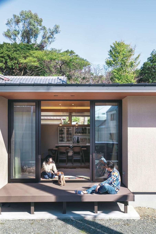 Um House(マル祐戸田建築)【夫婦で暮らす、間取り、平屋】ウッドデッキの軒は、室内の天井クロスがそのまま連続してつながっている