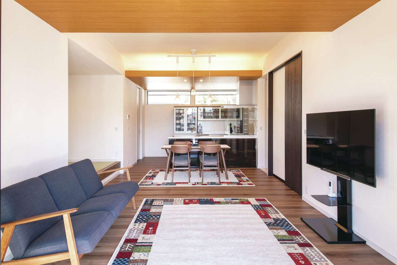 Um House(マル祐戸田建築)【夫婦で暮らす、間取り、平屋】白を基調としたLDKに、織り上げ天井の木目調のクロスがアクセントに。キッチンのハイサイドサッシに目線が抜けていく