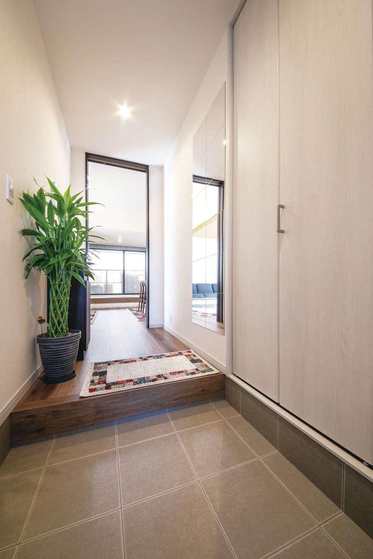 Um House(マル祐戸田建築)【夫婦で暮らす、間取り、平屋】全身鏡を貼り付け、空間がより広く感じられる玄関