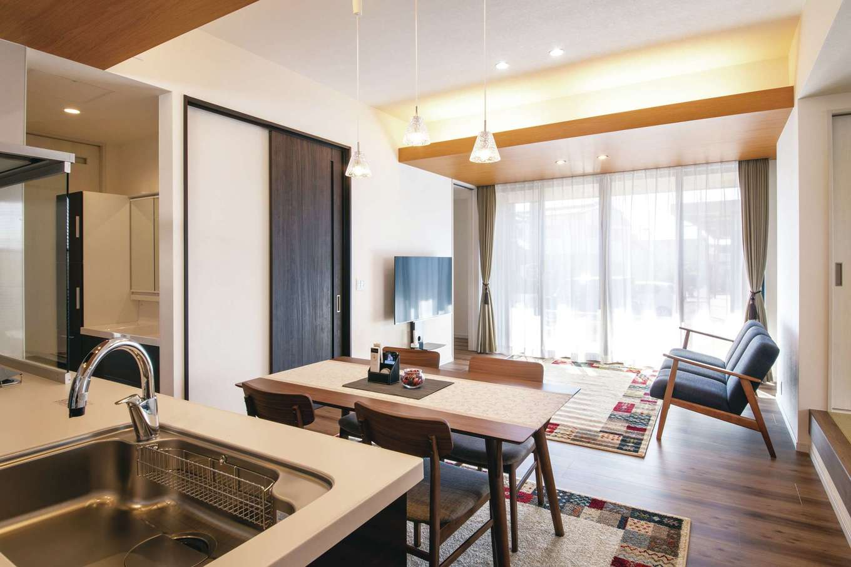 Um House(マル祐戸田建築)【夫婦で暮らす、間取り、平屋】夫婦二人で住むには十分な広さのLDK。引き戸はすべて天井まで届くハイドアを採用。照明はシチュエーションに合わせて調光できる