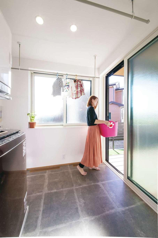 コットンハウス【子育て、二世帯住宅、省エネ】ランドリールームで室内干しもできるし、直結するウッドデッキで外に干すことも可能