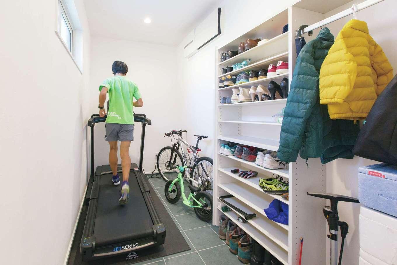 広い玄関土間は靴や上着の収納だけでなく、マラソンが趣味のご主人のトレーニングルームや自転車置き場としても活躍する