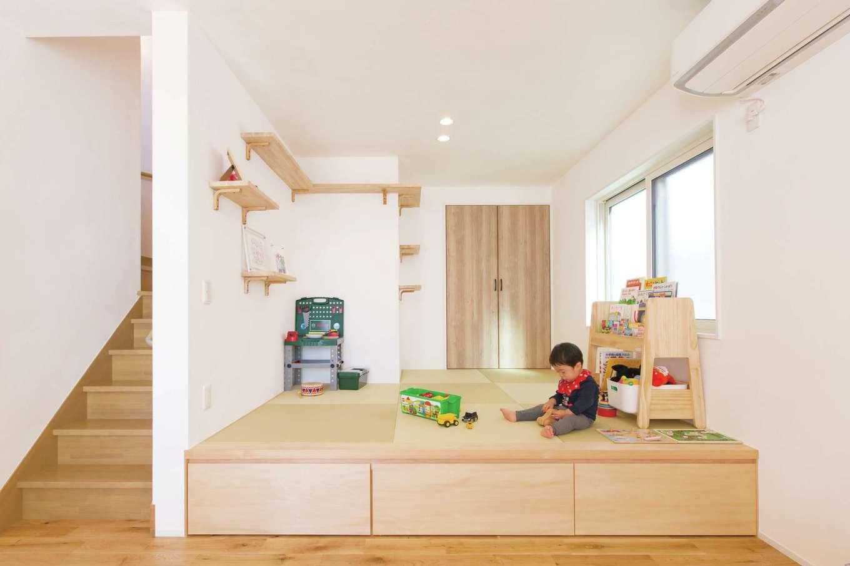 小上がりの和室は、床下に引き出しを確保。壁には愛猫用のステップを設けた