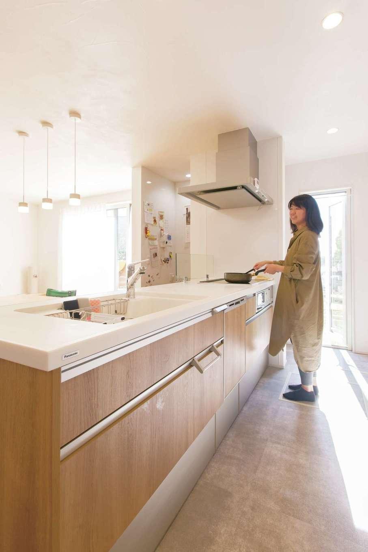 明るく開放的なキッチン。高気密・高断熱と換気システムの効果で室内に温度差がないため、冬でも億劫がらずに家事ができそう