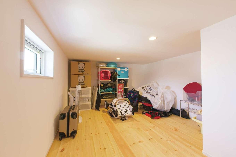 小屋裏も無垢と漆喰仕上げ。階段もしっかり設けてある