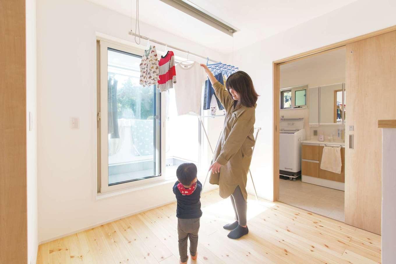 1階のLDKのスペースを広くとるため、水回りは2階へ。室内干しとベランダ干しのどちらも便利