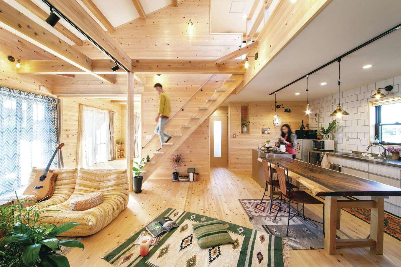 ひのきの家 静岡県家づくり浜松協同組合【趣味、自然素材、省エネ】総ひのき張りの床や壁、珪藻土の天井、無垢材の色合いを上手に使い、オリエンタルな雑貨や家具、楽器を組み合わせてオリジナルの空間に仕上げた。造作建具や窓枠など、ほぼすべてが天竜ひのきで造られているという贅沢さ!