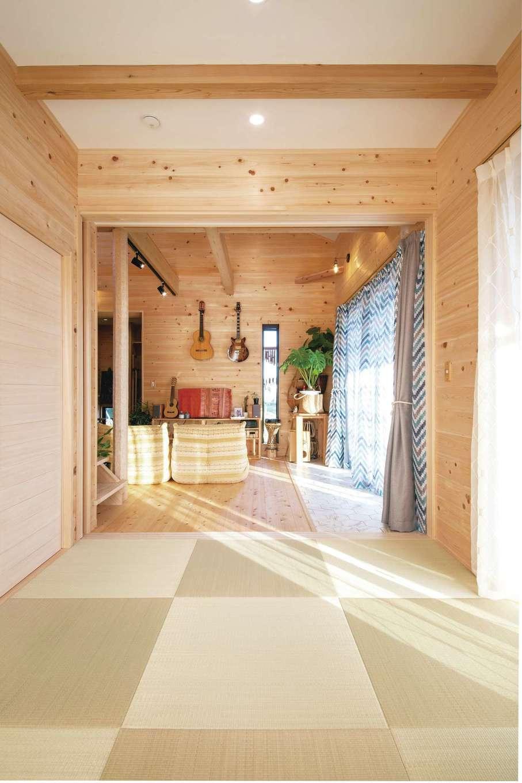 ひのきの家 静岡県家づくり浜松協同組合【趣味、自然素材、省エネ】寝室用の和室から見るLDK。空間が開放的につながっているためストレスフリーで生活できる