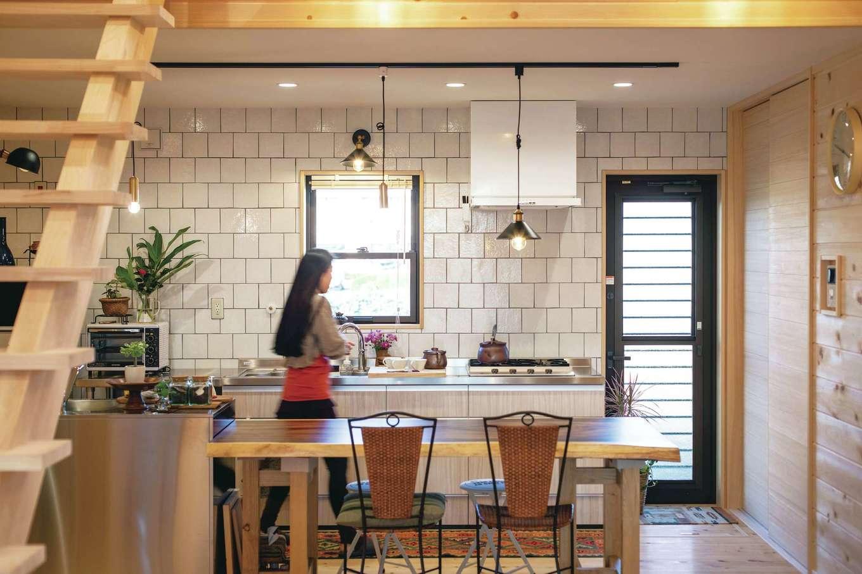 ひのきの家 静岡県家づくり浜松協同組合【趣味、自然素材、省エネ】自宅で料理教室を主宰する奥さま。キッチンは広く快適に設計