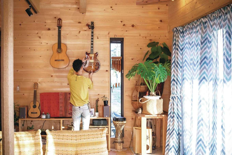 ひのきの家 静岡県家づくり浜松協同組合【趣味、自然素材、省エネ】ギターや打楽器を多数所有するご主人。「ひのきの板張りのおかげで音がよく響きます」と満足そう