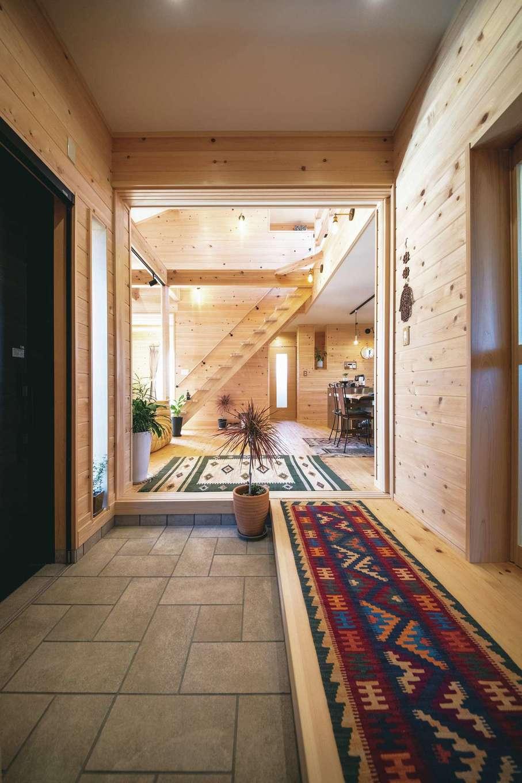 ひのきの家 静岡県家づくり浜松協同組合【趣味、自然素材、省エネ】広々とした玄関土間。写真右側にご主人の書斎、正面にLDKがあり、ワンルームで生活動線が完結できるような間取りになっている