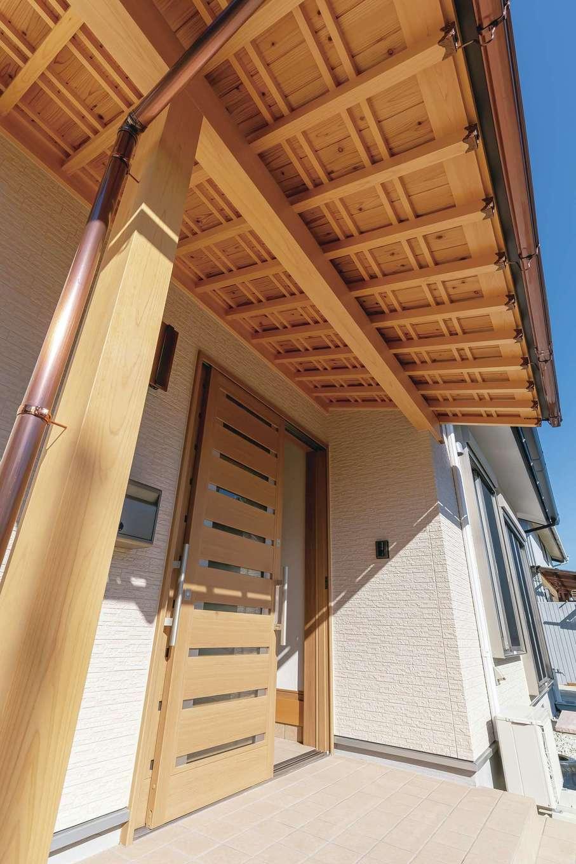 友和建設【自然素材、間取り、平屋】玄関ポーチの軒天を美しく彩る「木小舞天井」。これほど細やかに、収まりよく仕上げられる職人は浜松でも数少ない