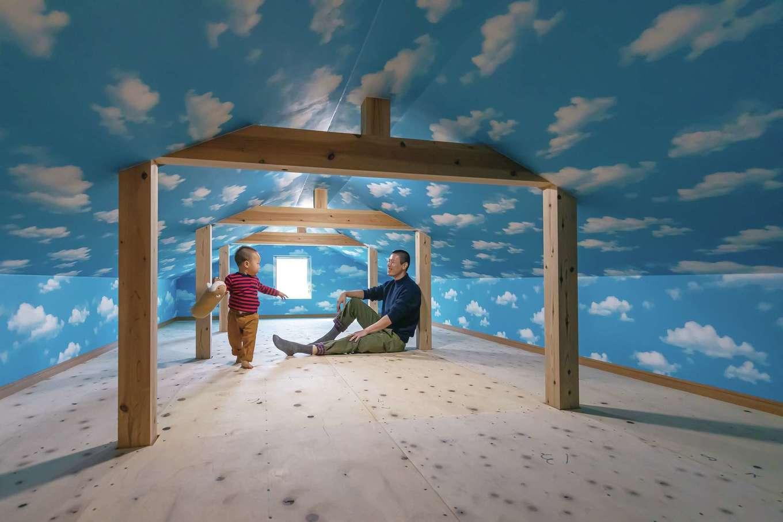 友和建設【自然素材、間取り、平屋】16畳の小屋裏はお孫さんの秘密基地。青空と白い雲のクロスで遊び心を演出