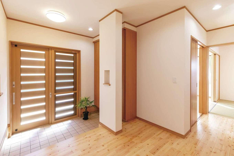友和建設【自然素材、間取り、平屋】ゆったり広々とした玄関ホール。シューズクロークの扉をほんの少し上げただけで、こんなに開放感が違う