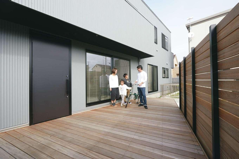 MABUCHI【デザイン住宅、狭小住宅、建築家】ウッドデッキを贅沢に張ったポーチ