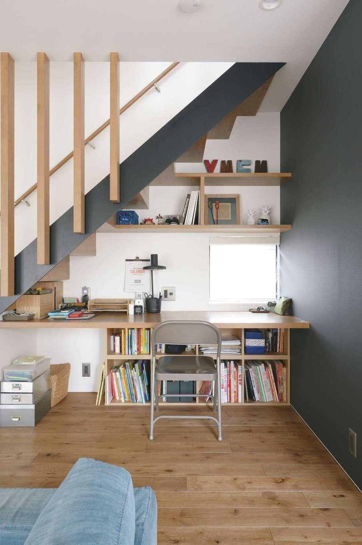 MABUCHI【デザイン住宅、狭小住宅、建築家】リビング階段の下に設けたスタディコーナー
