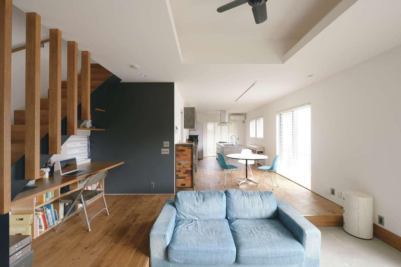 MABUCHI【デザイン住宅、狭小住宅、建築家】建物の配置を工夫したことで、住宅が密集する変形地でも十分な明るさを確保したLDK。目線が遠くまで伸び、より広く感じられる。オーク材の床の経年変化も楽しみ