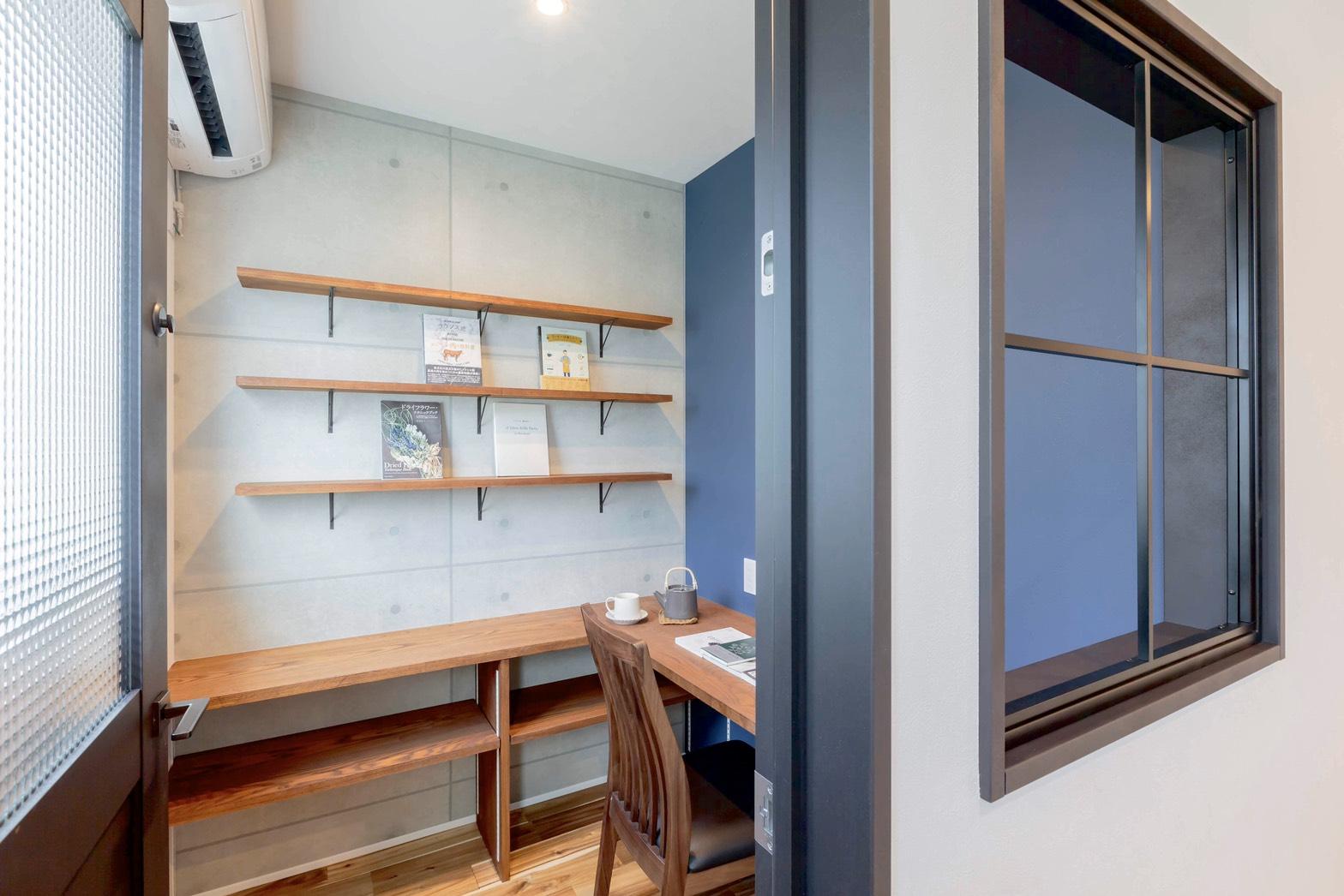 ARRCH アーチ【省エネ、間取り、建築家】2階の書斎はご主人念願の「こもり部屋」。自分と「相対(アイタイ)」するプライベートな時間と空間を確保。広さ2畳ながら、書棚とカウンターがあり機能的!