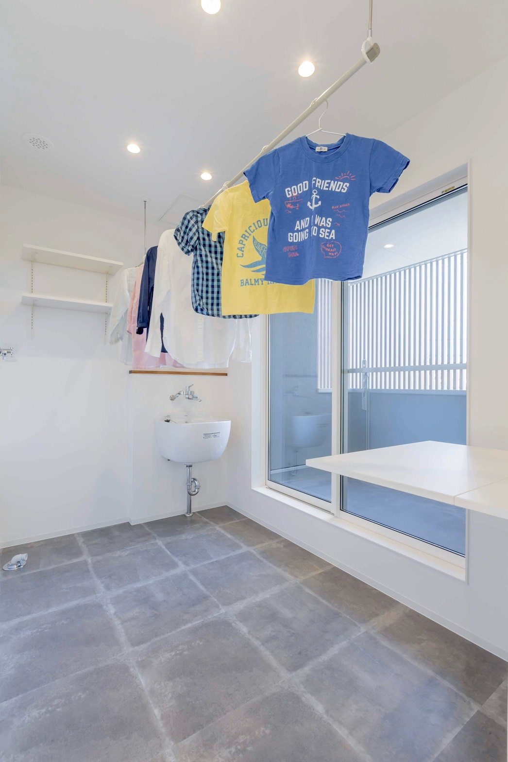 ARRCH アーチ【省エネ、間取り、建築家】ランドリーを2階のバルコニーに隣接させたことで、洗う・干すの作業がコンパクトに。また、1階のリビング前に洗濯物を干さずに済むので、リビングからの景色を美しく保てるメリットも