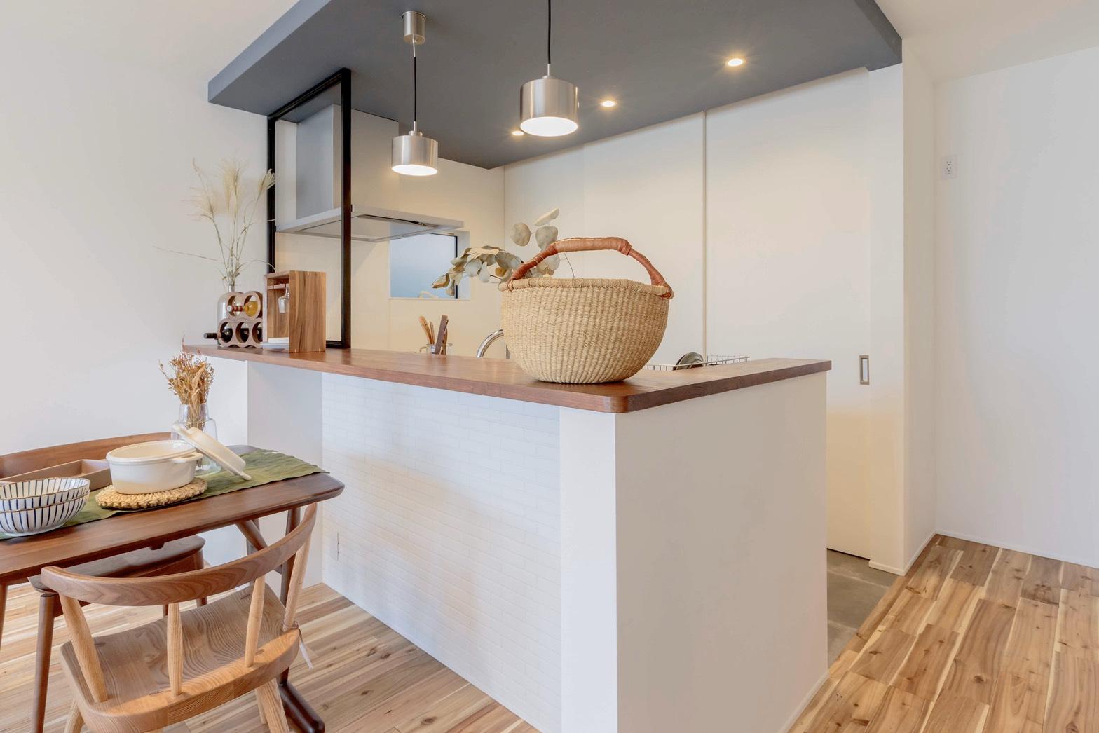ARRCH アーチ【省エネ、間取り、建築家】対面キッチンの前のカウンターでは、おうちカフェを楽しんだり、パソコンでネットを見たり、洋裁などの家事スペースとしても活躍。キッチンの背面の収納は大きな扉で中を隠してお部屋のキレイをキープ