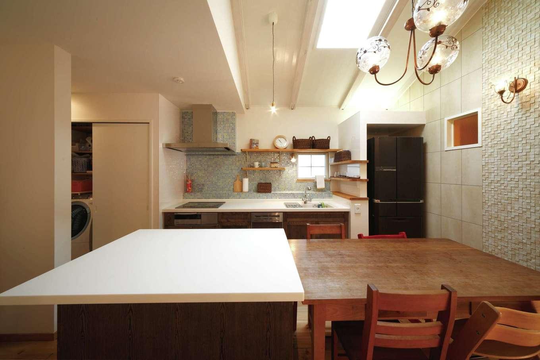 BLUEHOUSE(ブルーハウス)【子育て、収納力、自然素材】作業台の横にはダイニングテーブルを配置。配膳した料理を横にスライドするだけで配膳できるので、とっても便利。ホームパーティでも大活躍する