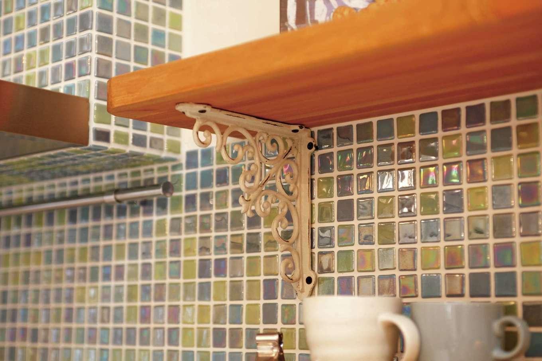BLUEHOUSE(ブルーハウス)【子育て、収納力、自然素材】キッチンのモザイクタイルは奥さまのお気に入り。棚のしつらえにもこだわりが感じられる