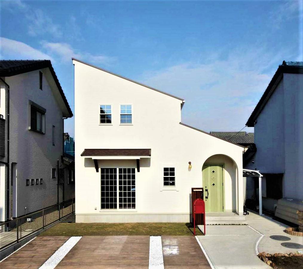 BLUEHOUSE(ブルーハウス)【子育て、収納力、自然素材】漆喰の白が青空に映える外観。屋根の勾配とR型のポーチをアクセントに活かし、均整のとれた美しいフォルムが印象的